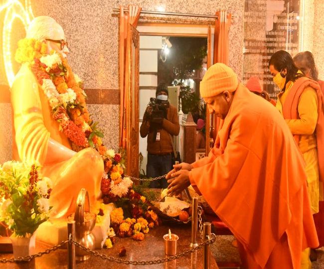 सीएम योगी आदित्यनाथ ने गोरखपुर में भगवान गोरखनाथ को अर्पित की खिचड़ी