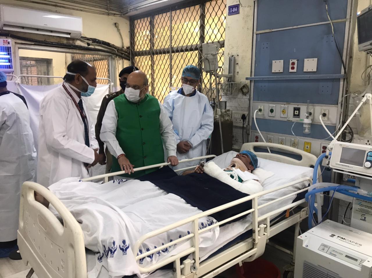 घायल पुलिसवालों से गृहमंत्री अमित शाह ने की अस्पताल में मुलाकात