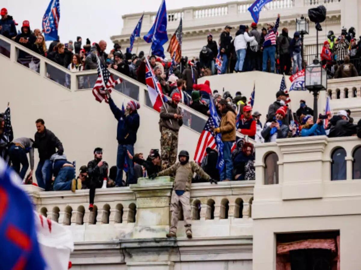 अमेरिकी संसद में हिंसा में चार लोगों की मौत, 52 प्रदर्शनकारी गिरफ्तार,वाशिंगटन में 15 दिन का आपातकाल