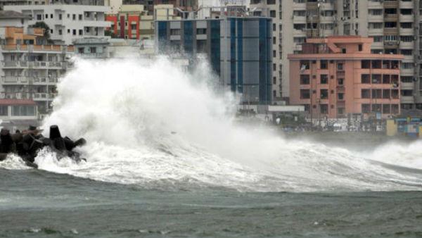 मुंबई में चक्रवात निसर्ग ने मचाया तांडव, समुद्री इलाकों से दूर रहने की सलाह
