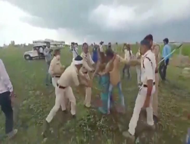 गुना की बेरहम पुलिस ने फसल उजाड़ी , बरसाईं लाठी