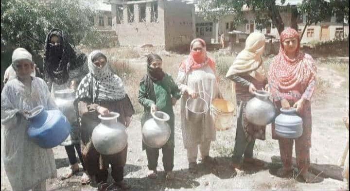 अनंतनाग ग्रामीणों ने पीएचई विभाग के खिलाफ विरोध प्रदर्शन किया