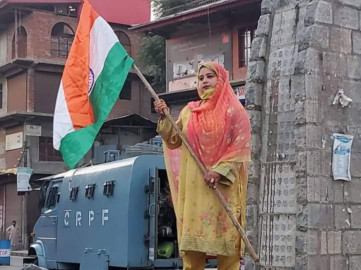 भाजपा नेता रूमीसा रफीक ने दक्षिण कश्मीर के अनंतनाग जिले के लाल चौक पर राष्ट्रीय ध्वज फहराया