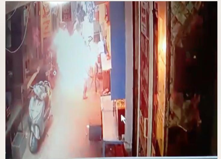 फिरोजाबाद में सुनार को किसी ने जिंदा जलाया, CCTV में कैद हुई घटना
