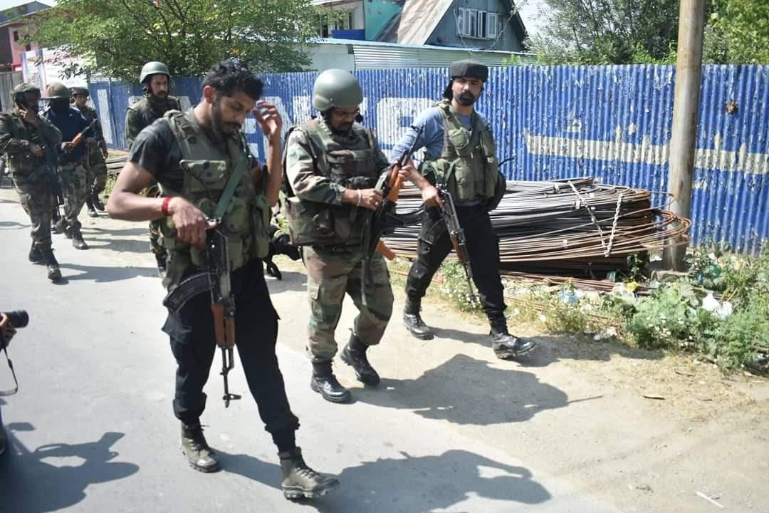 पुलवामा में गोलीबारी के बाद सेना का एक जवान शहीद और एक आतंकी मारा गया