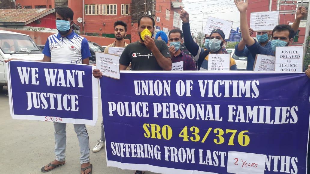 श्रीनगर में मारे गए पुलिसकर्मियों के रिश्तेदारों ने कहा कि उनके एसआरओ मामलों की अनदेखी की जा रही है