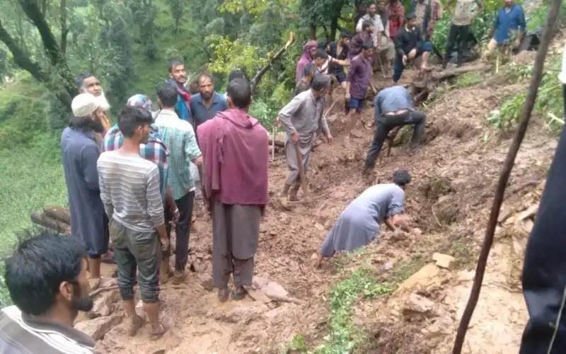 पुंछ में गौशाला टूटने से मारे गए जानवर, बाढ़ जैसे हालात से राजौरी के हिस्सों में दहशत
