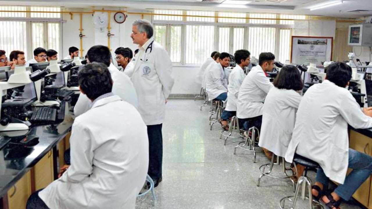 उत्तर प्रदेश में पीजी करने वाले डॉक्टरों को अब कम से कम 10 साल तक सरकारी नौकरी करनी पड़ेगी