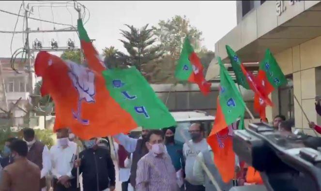 जम्मू में भाजपा कार्यकर्ताओं ने बिहार चुनाव में पार्टी की जीत का जश्न मनाया