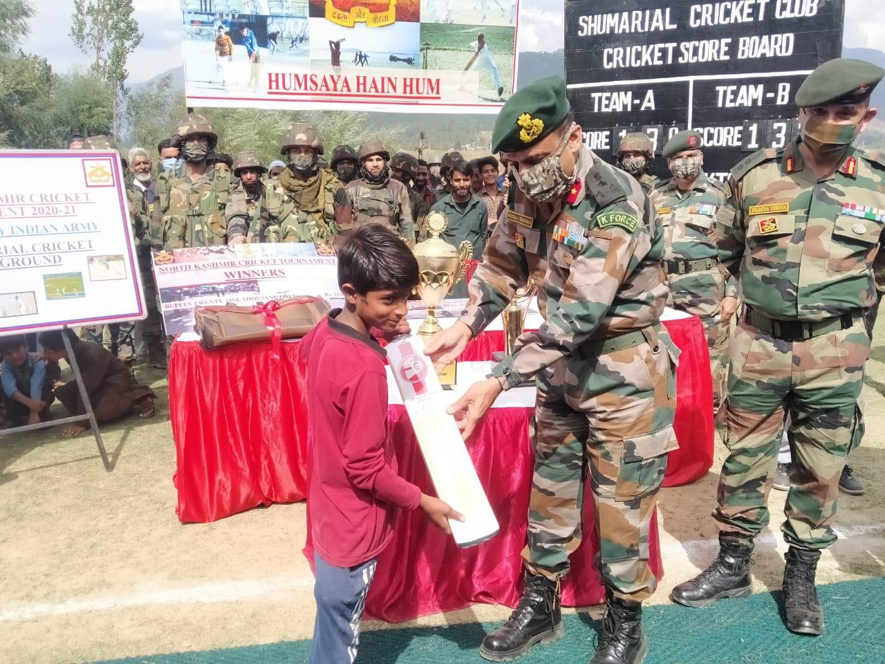सेना के अधिकारियों ने ग्रामीणों के साथ उत्तरी कश्मीर क्रिकेट टूर्नामेंट का आयोजन किया