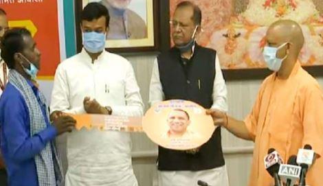 मुख्यमंत्री योगी ने बांटी 56 लाख लोगों को वृद्धावस्था पेंशन