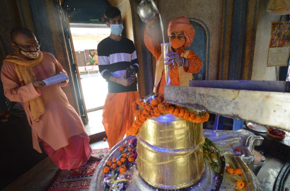 कोरोना से रक्षा के लिए मनकामेश्वर मठ मंदिर में हुआ महा अभिषेक