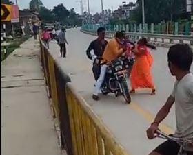 बीजेपी मंडल अध्यक्ष को महिला ने सरेराह चप्पलों से पीटा आखिर क्यो?  देखिये वीडियो और जानिये मामला