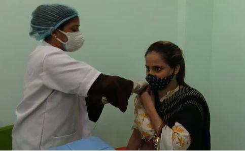 यूपी के हर जिलें में महिलाओं को कोरोना टीके लगाने के लिए आज से विशेष केंद्र, मुख्यमंत्री और उपमुख्यमंत्री ने किया ट्वीट