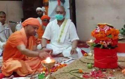 देवी मां का पूजन कर सीएम योगी ने मांगी सभी के लिये मंगलकामना-देखिये वीडियो