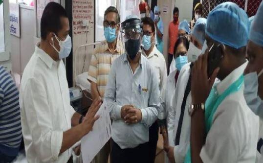 कानपुर- अचानक हैलट अस्पताल पहुंचे मण्डलायुक्त ने देखी हॉस्पिटल में सच्चाई
