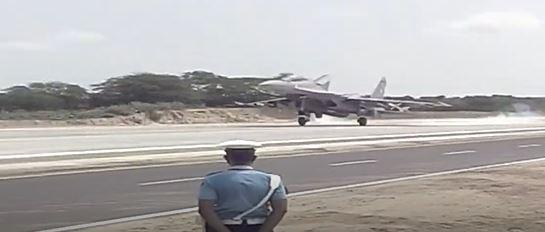 देश की वायुसेना ने आज रचा इतिहास,पाकिस्तान से जुड़े एनएच 925 पर उतरें लड़ाकू विमान