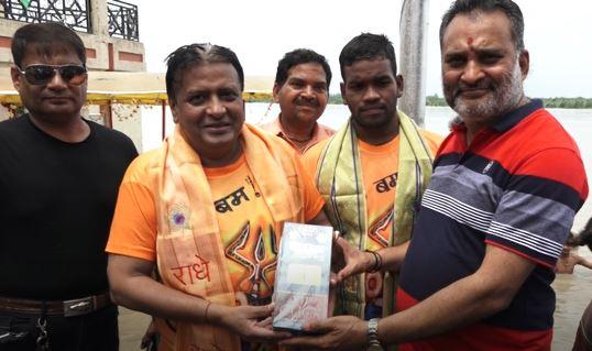 कानपुर-गंगा की तेज लहरों के बीच 17 किमी तैर कर बनाया साहसिक तैराकी में रिकार्ड
