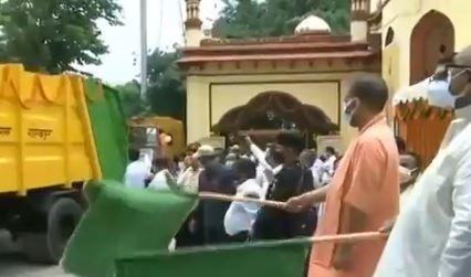 सॉलिड वेस्ट मैनेजमेंट वाहनों को गोरखपुर में हरी झंडी दिखाकर रवाना किया सीएम योगी ने