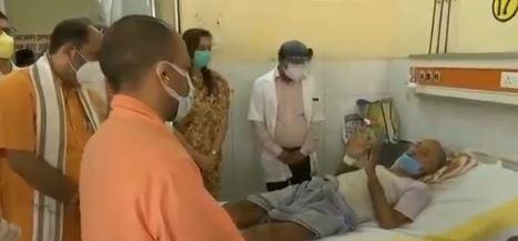 बलिया पहुंचा सीएम का काफिला- जिला अस्पताल मे की पड़ताल- लोगों से ली जानकारी