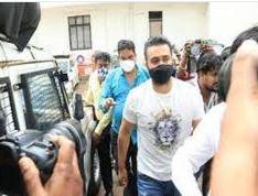 पॉर्न फिल्म बनाने के मामलें में शिल्पाशेट्टी के पति राज को 27 जुलाई तक पुलिस हिरासत में भेजा गया,व्हाट्स अप के जरिये चला रहे थे पार्न बिजनेस