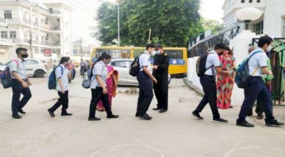 स्कूलों में लौटी रौनक 6ठवी और 8वी के बच्चें पहुंचे स्कूल