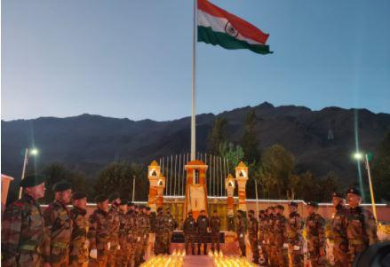 कारगिल- विजय दिवस की पूर्व संध्या पर दिये जलाकर शहीदों का सम्मान
