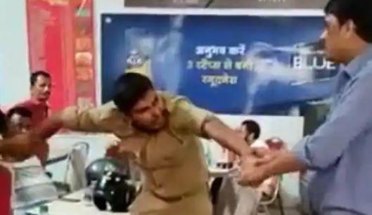 कानपुर- वर्दी पहनकर पी रहे थे शराब लोगो को दे रहे थे गाली- लोगो ने पीटा पुलिसवालें को