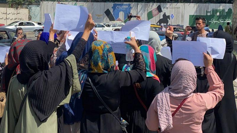 तालिबान को चुनौती दे रही महिलाएं, शुरू किया #donttouchmyclothes