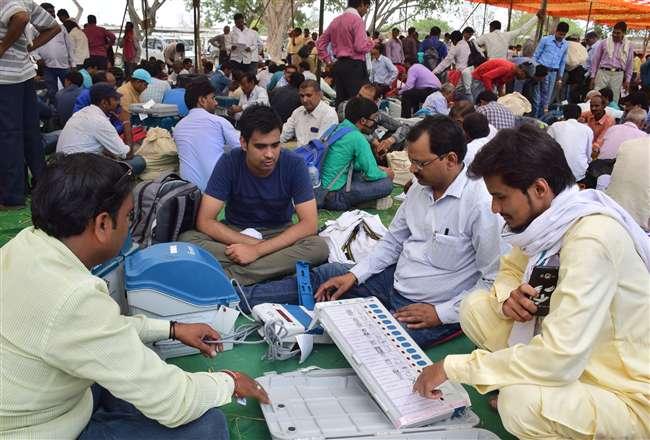 घाटमपुर उपचुनाव में मतदान केंद्रों के लिए रवाना हुईं पोलिंग पार्टियां