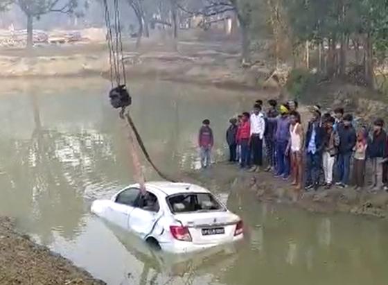 अमेठी-अनियंत्रित कार तलाब में गिरी, बाल-बाल बचे कार सवार