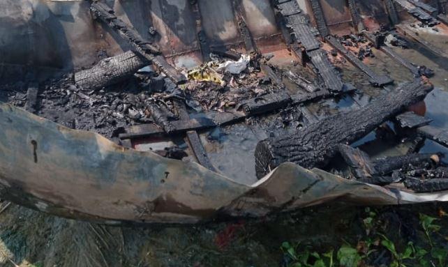अवैध उगाही के चलते घाट के पंडा और बहू ने जलायी नाविक की नाव