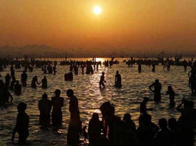 मौनी अमावस्या के अवसर पर श्रद्धालुओं ने लगाई पावन गंगा में डुबकी