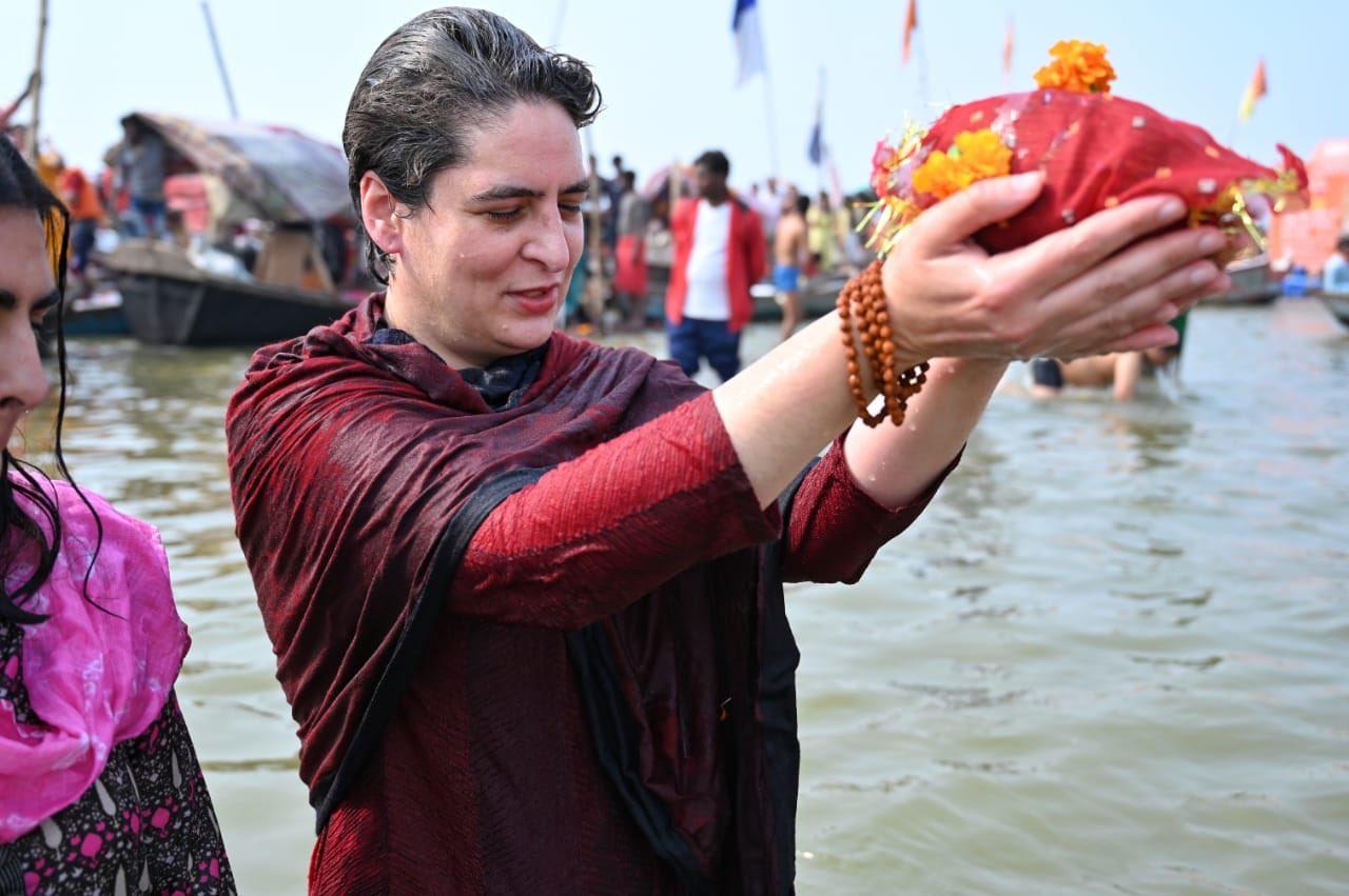 संगम में प्रियंका गांधी ने लगाई आस्था की डुबकी, आसमान से हुई फूलों की बारिश