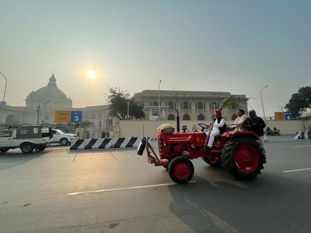 किसानों की समस्या और महंगाई के मुद्दे पर ट्रैक्टर से विधान भवन पहुंचे सपा नेता