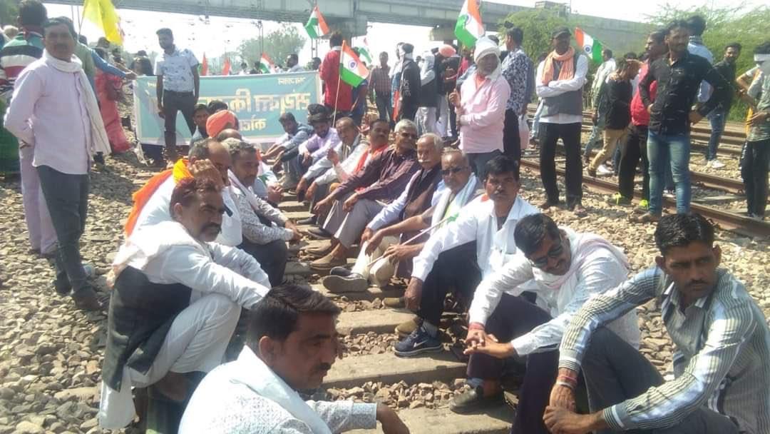 देशभर में रेल रोको आंदोलन का दिखा असर, जगह-जगह पटरियों पर बैठे किसान