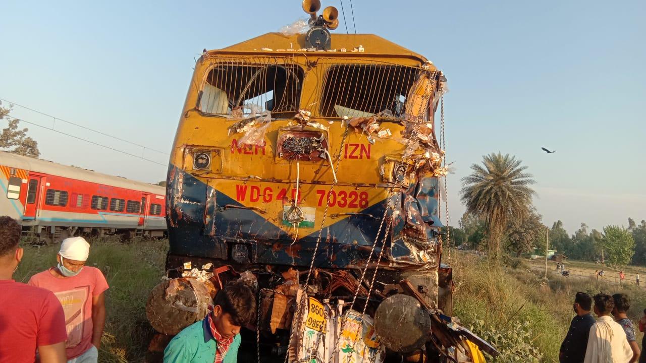 शाहजहांपुर: रेलवे क्रॉसिंग पर ट्रेन ने वाहनों को मारी टक्कर, 5 की मौत, CM ने किया मुआवजे का ऐलान