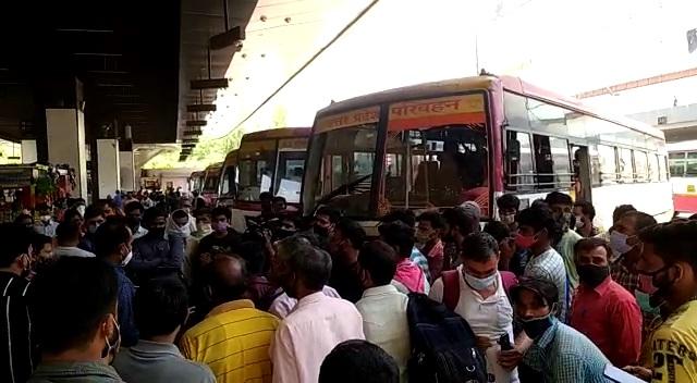 आलमबाग अंतरराष्ट्रीय बस अड्डे पर रोडवेज संविदा कर्मियों ने किया चक्का जाम, यात्री परेशान