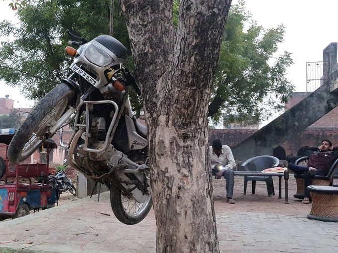 मुजफ्फरनगर में आखिर क्यों दी एक शख्स ने बाइक को फांसी ?