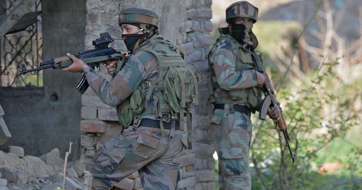 जम्मू-कश्मीर के अनंतनाग में सुरक्षाबलों और आतंकियों के बीच एनकाउंटर जारी