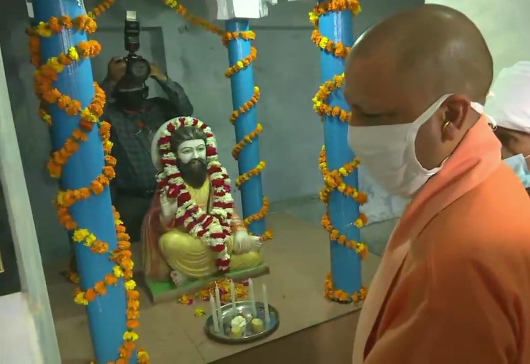 मुख्यमंत्री योगी आदित्यनाथ ने संत रविदास की जयंती पर लखनऊ में दी पुष्पांजलि