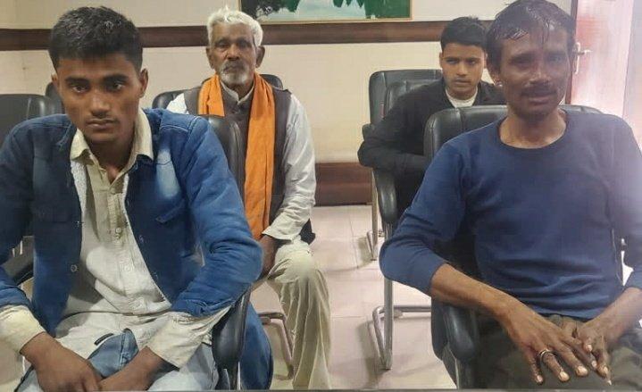 लखनऊ: लोकभवन के सामने 5 लोगों ने किया आत्मदाह का प्रयास, पुलिस ने रोका