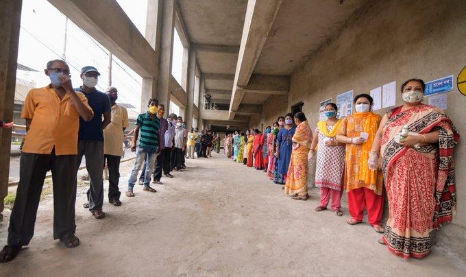 पश्चिम बंगाल में चौथे चरण का मतदान जारी, कई जगहों से आ रही हैं हिंसा की घटना