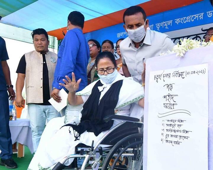 कोलकाता: चुनाव आयोग के फैसले के खिलाफ धरने पर बैठीं ममता बनर्जी