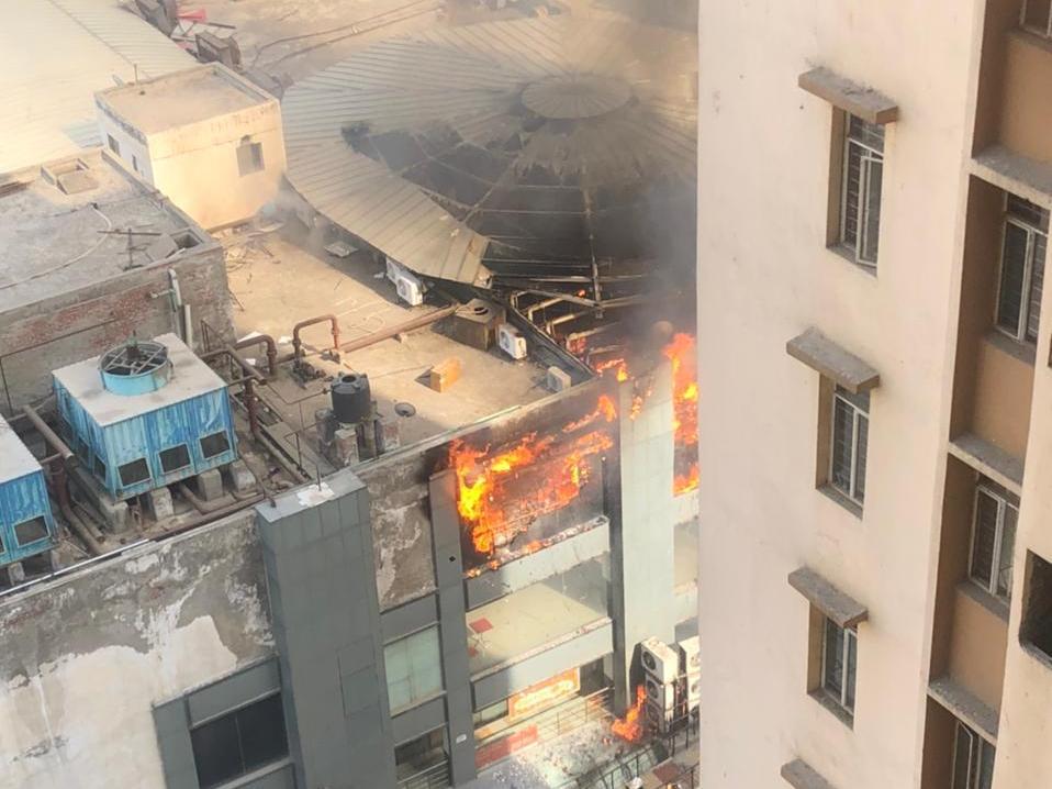 गाजियाबाद: जयपुरिया मॉल में लगी भीषण आग, फायर ब्रिगेड की 6 गाड़ियां मौके पर देंखे तस्वीरें
