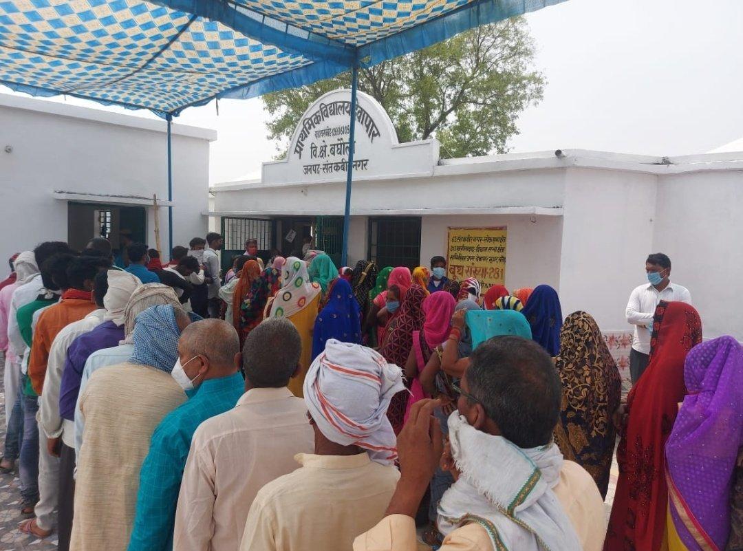त्रिस्तरीय पंचायत चुनाव: यूपी के 18 जिलों में मतदान जारी,कहीं चले ईंट-पत्थर तो कहीं गोलियां