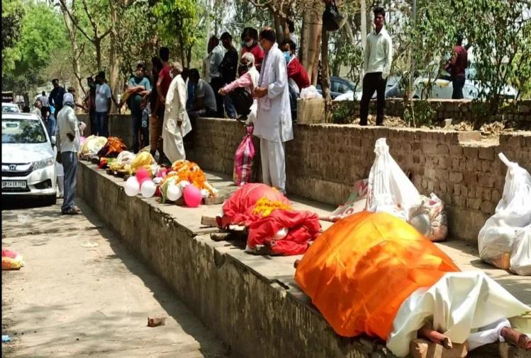 वीडियो: गाजियाबाद में दाह संस्कार के लिए नहीं मिल रहा ठिकाना,कतार में रखे 42 शव