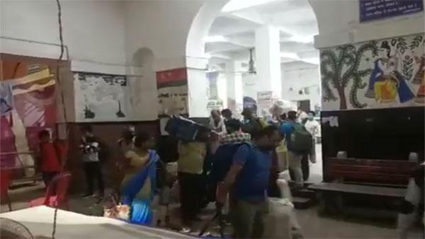 कोरोना की जांच के डर से रेलवे स्टेशन से भागते लोग, भगदड़ का वीडियो वायरल