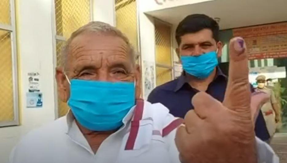 यूपी पंचायत चुनाव: मुलायम और अखिलेश यादव के परिवार के सदस्यों ने किया मतदान