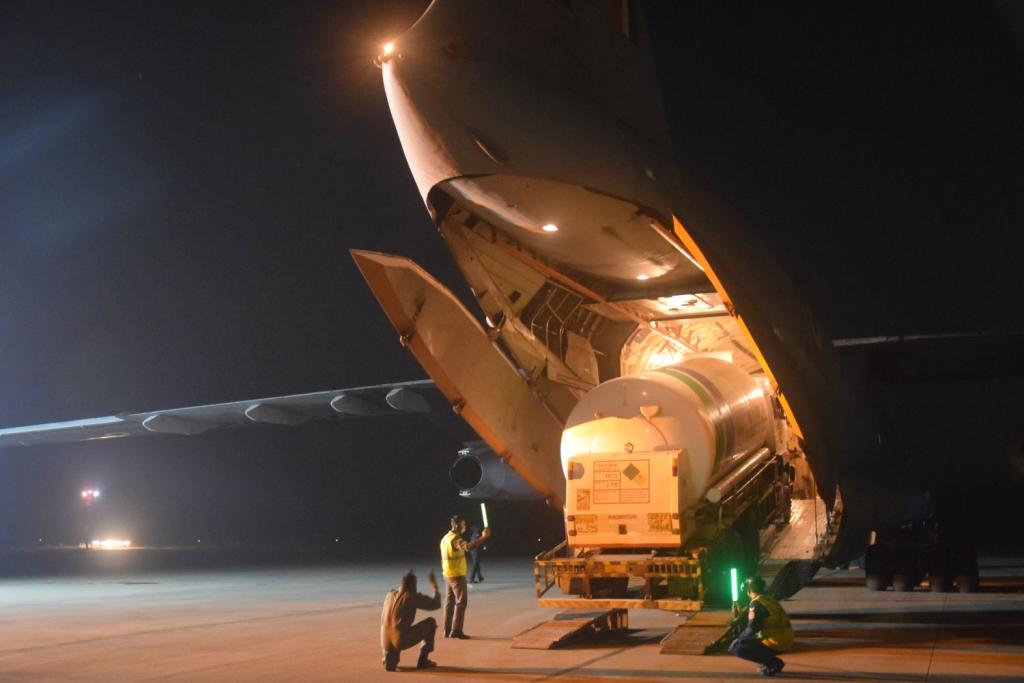 कोरोना से जंग में वायुसेना आई आगे, एयरलिफ़्ट' करके पहुंचाई जा रही है 'ऑक्सीजन'